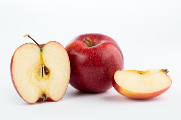 Apple vermelho maduro suculento fresco maduro meio corte isolado