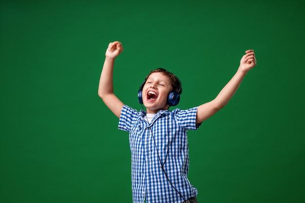 Apreciando a música tocando em fones de ouvido