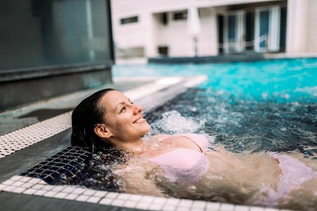 Apreciando na piscina. tratamentos de água de spa.
