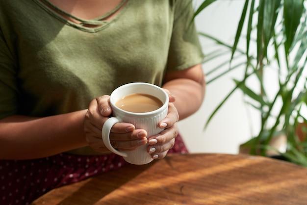 Apreciando o café no café acolhedor