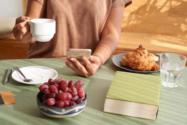 Apreciando o café no café da manhã