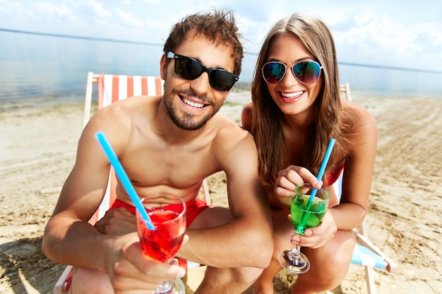 Apreciando o tempo livre com bebidas Foto gratuita