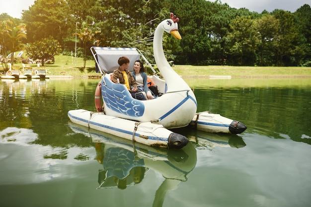 Apreciando passeio de barco