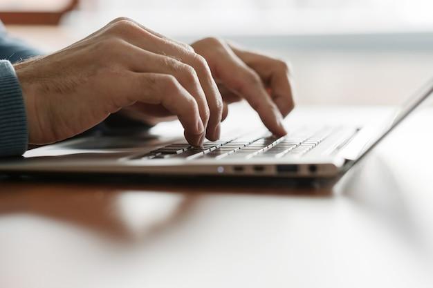 Aprenda cursos de digitação. homem com as mãos no teclado do laptop. aperfeiçoamento de técnicas e qualificação. exercícios de treinamento de dedo