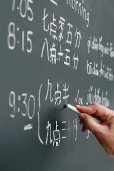 Aprender chinês para contar as horas na sala de aula.