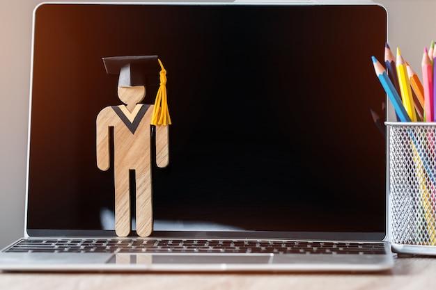 Aprendizagem on-line de volta ao conceito de escola pessoas sinal de madeira