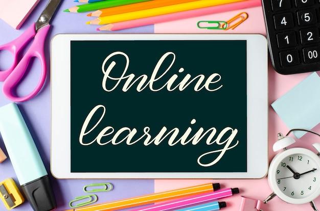Aprendizagem online - inscrição manuscrita em um tablet
