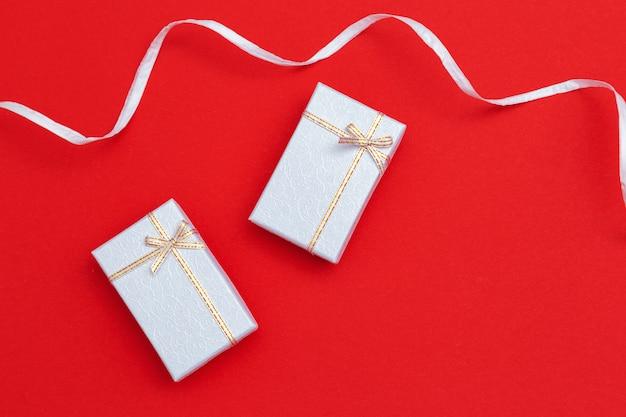 Apresenta caixas prateadas coloridas em papet vermelho