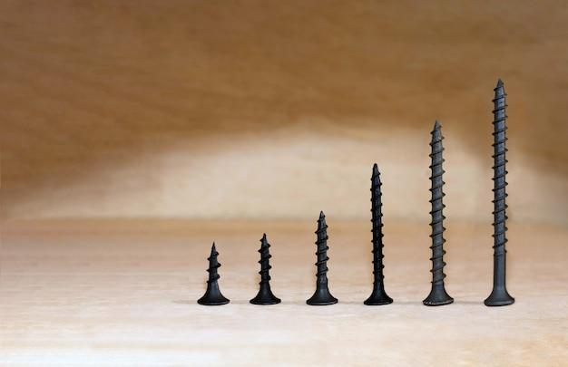 Apresentação abstrata de conceito de crescimento de negócios com parafusos parafusos na linha de fundo de madeira