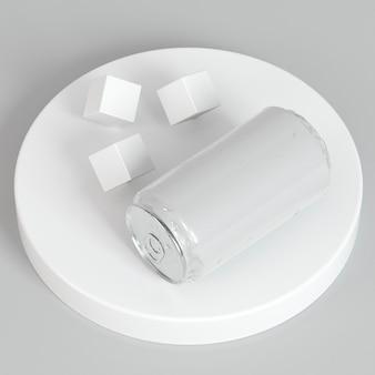 Apresentação abstrata de lata de refrigerante com cubos de açúcar