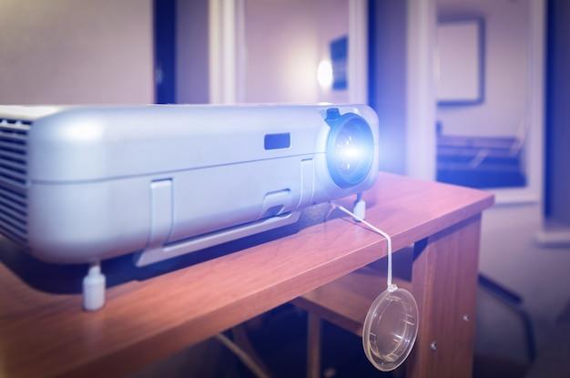 Apresentação com projetor de lcd em pé sobre uma mesa