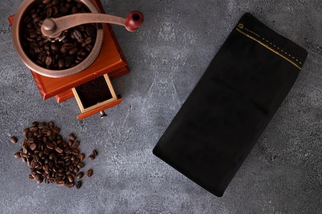 Apresentação da embalagem de café em fundo cinza