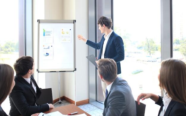 Apresentação de conferência de negócios com escritório de flipchart de treinamento de equipe