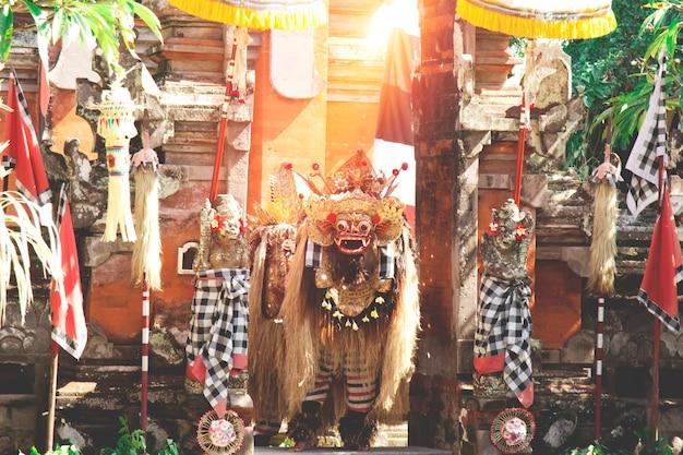 Apresentação de dança tradicional barong em bali, indonésia