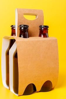 Apresentação de embalagem de quatro cervejas com fundo amarelo