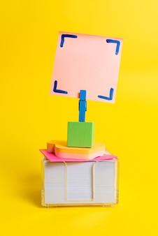 Apresentação de ideias coloridas, exibição de ideias novas, envio de mensagem, material de rotulagem, exibição de etiqueta de identificação, material para redação, lápis de notas de coleções de escritório