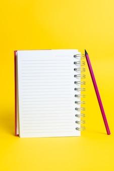 Apresentação de ideias coloridas, exibição de pensamentos novos, envio de mensagem, material de rotulagem, exibição de etiqueta de identificação, material para redação, lápis de notas de coleções de escritório