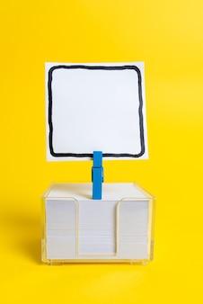 Apresentação de ideias coloridas, exibindo pensamentos novos, enviando mensagens, rotulando materiais