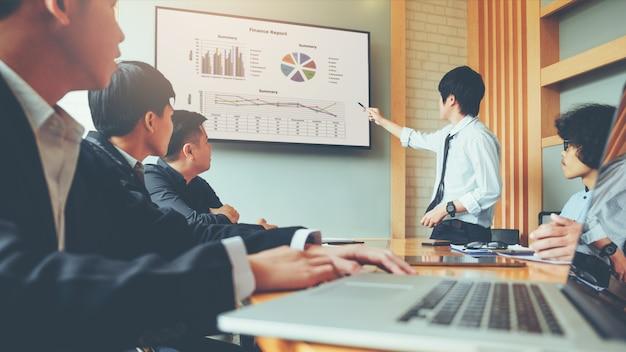 Apresentação de pessoas de negócios sobre planos futuros para os colegas, conceito de reunião de negócios