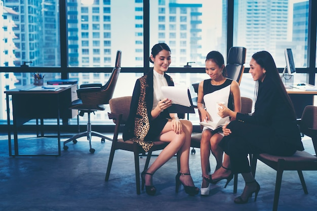 Apresentação de planos de trabalho de marketing de negócios por jovens empresárias
