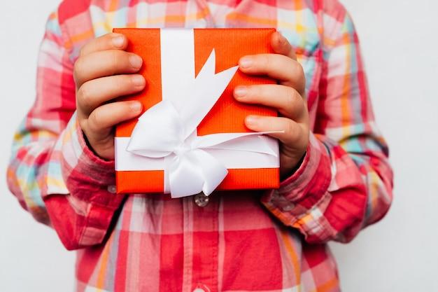 Apresentação de presente. criança segurando uma caixa festiva nas mãos