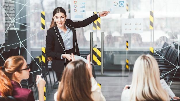 Apresentação de treinamento de negócios de mulheres. coaching feminino. mulheres de negócios ouvindo um palestrante
