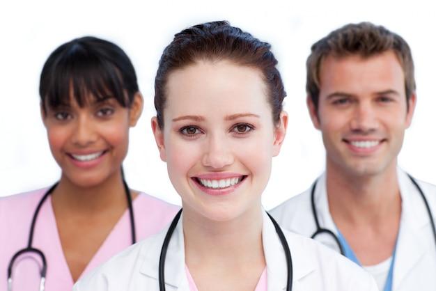 Apresentação de uma equipe médica diversificada