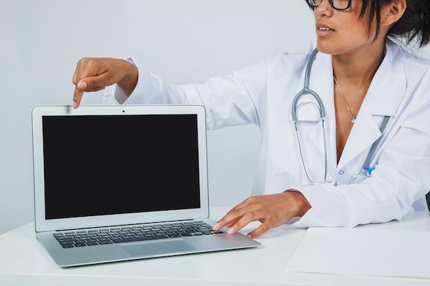 Apresentação do médico no laptop