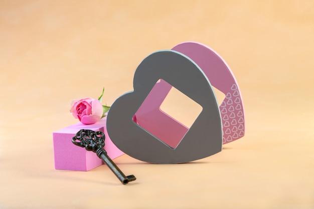 Apresentação no pódio com decoração em forma de coração, rosas e chave vintage