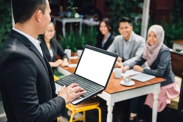 Apresentação ocupada de pessoas de negócios na reunião