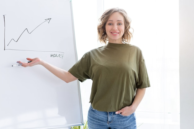 Apresentação, webinar, reunião. jovem mulher de negócios fala para o público