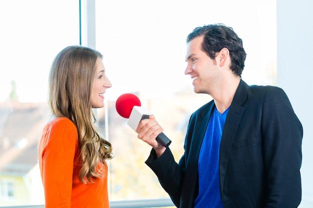 Apresentador de rádio em estações de rádio com entrevista