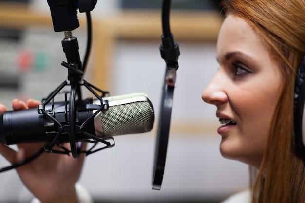 Apresentador de rádio falando