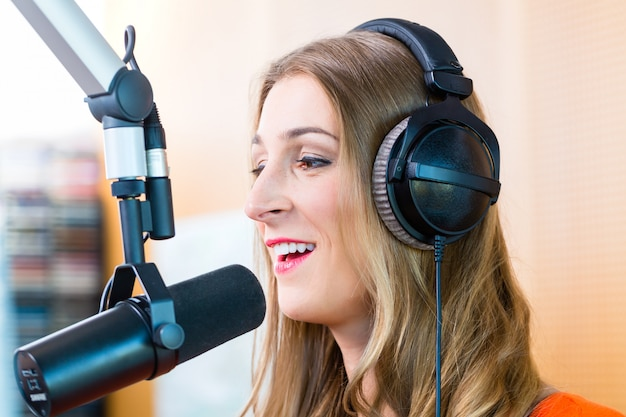 Apresentador de rádio feminino na estação de rádio no ar