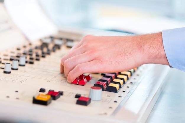 Apresentador de rádio na estação de rádio no ar