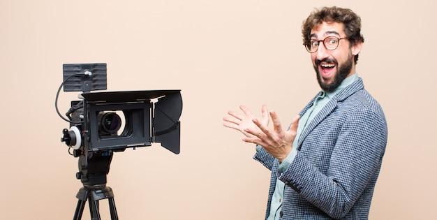 Apresentador de televisão feliz, animado, surpreso ou chocado, sorrindo e surpreso com algo inacreditável