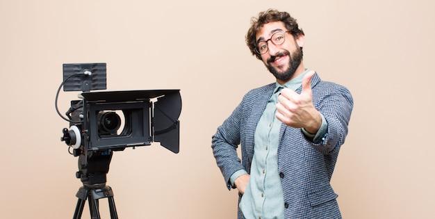 Apresentador de televisão orgulhoso, despreocupado, confiante e feliz, sorrindo positivamente com o polegar para cima