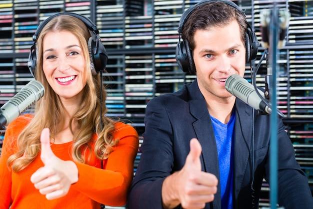 Apresentadores de rádio na estação de rádio no ar