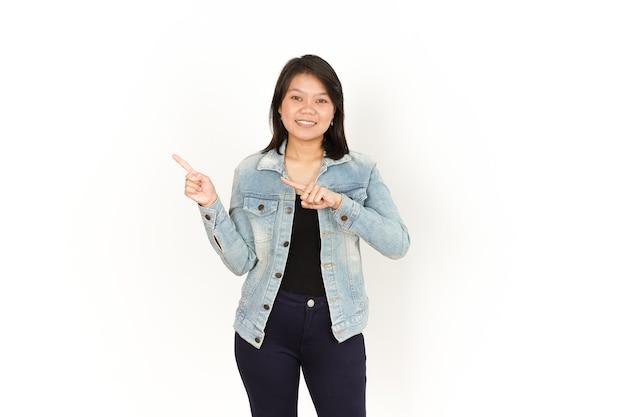 Apresentando e apontando o lado esquerdo de uma linda mulher asiática vestindo jaqueta jeans e camisa preta