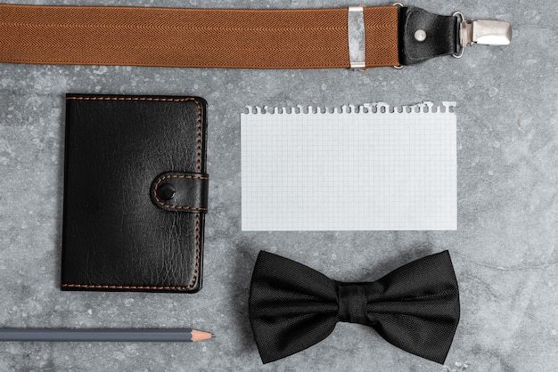 Apresentando itens essenciais para o transporte diário, exibindo o conteúdo do bolso, escrevendo notas importantes, acessórios para roupas, designs de carteira de couro, extras para transporte de mão,