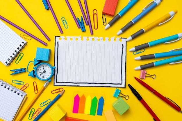 Apresentando novas idéias de planos demonstrando processo de planejamento apresentando novos planos de projetos de negócios