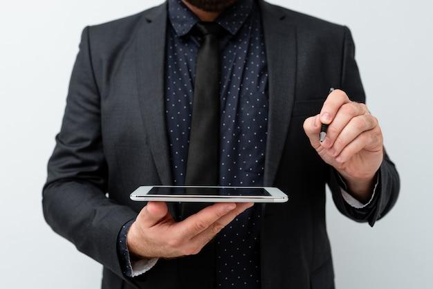 Apresentando novas idéias de tecnologia discutindo melhorias tecnológicas apresentando produto eletrônico conectando pessoas chamadas de vídeo mensagens de voz conexões globais Foto Premium