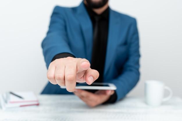 Apresentando tecnologia de comunicação de vídeo chamada de voz de smartphone escrevendo notas importantes entre ...