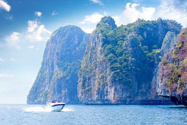 Apresse a flutuação do barco da ilha de phi phi em tailândia. conceito de viagens. viagem na ásia.