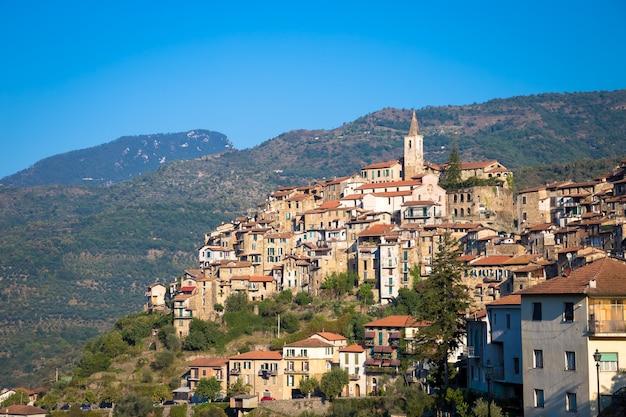 Apricale, itália - circa de agosto de 2020: antiga vila tradicional feita de pedras localizada na região italiana da ligúria, com céu azul e copyspace