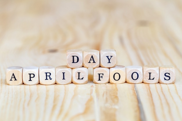 April fools 'day, close up palavra feita de letras de madeira em cima da mesa