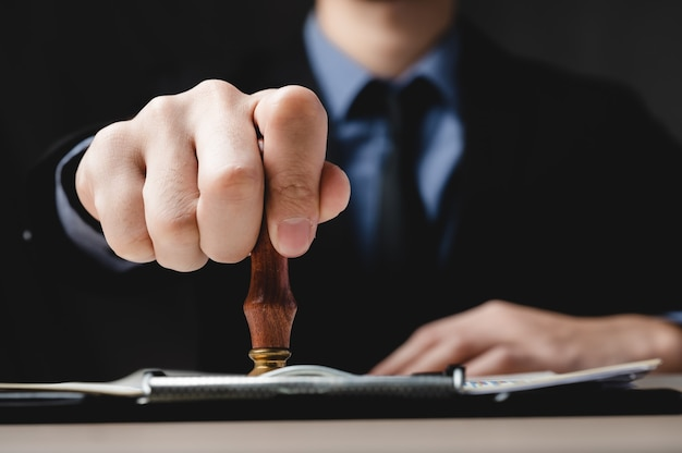 Aprovação do documento de finanças do negócio, papelada do contrato de assinatura do empresário no escritório, papel de investimento de assinatura de pessoas se reunindo para o sucesso, hipoteca e empréstimo, tabelião trabalhando com direito para banco de dívidas
