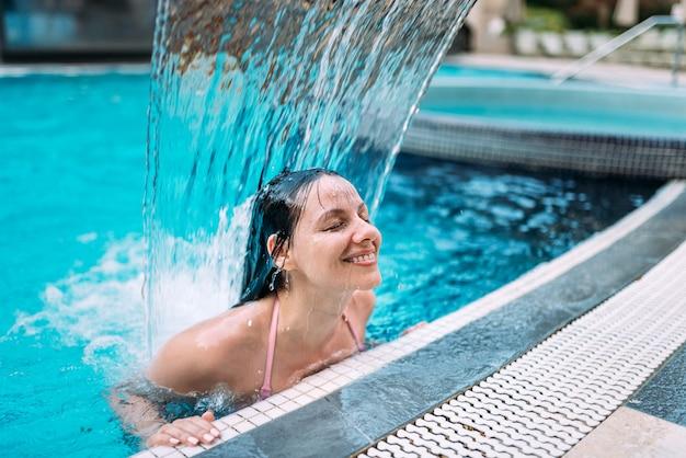 Aproveitando a cachoeira na piscina.