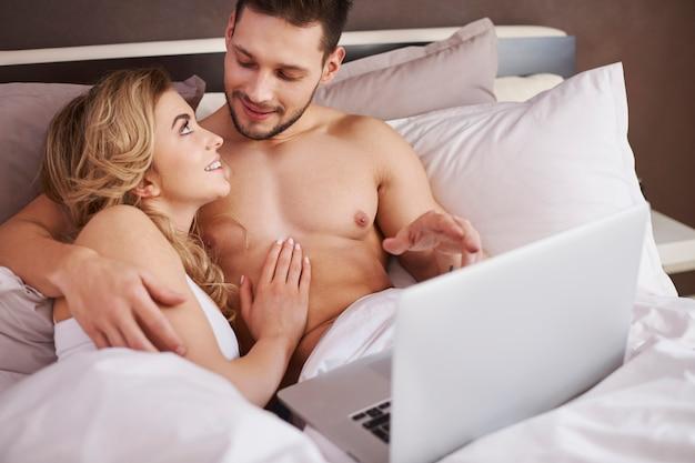 Aproveitando a internet rápida, mesmo na cama