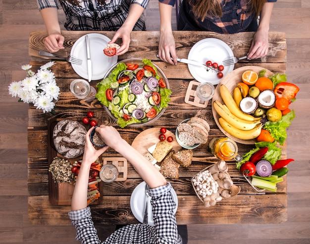 Aproveitando o jantar com os amigos. vista superior do grupo de pessoas jantando juntos